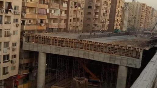 Como se aprecia en la imagen, la autopista casi 'roza' los edificios.