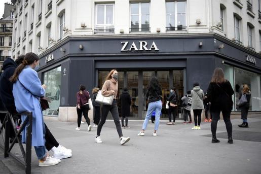 Zara ha abierto sus tiendas al público.