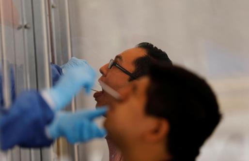 Sanitarios, realizando la prueba de coronavirus.