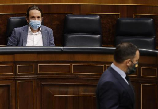 El líder de Vox se dirige a su escaño, ante la mirada del vicepresidente Iglesias.