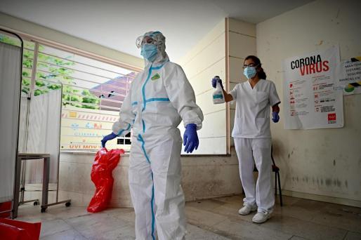 Un médico se desinfecta tras pasar consulta en el Centro de Salud El Torito de Moratalaz.