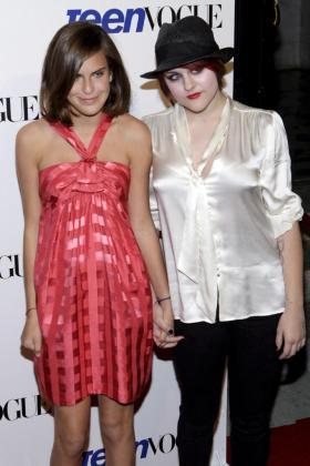 Las actrices estadounidenses Tallulah Belle Willis (izquierda), con su hermana Scout LaRue Willis, hijas de los actores Demi Moore y Bruce Willis, en una imagen de archivo.