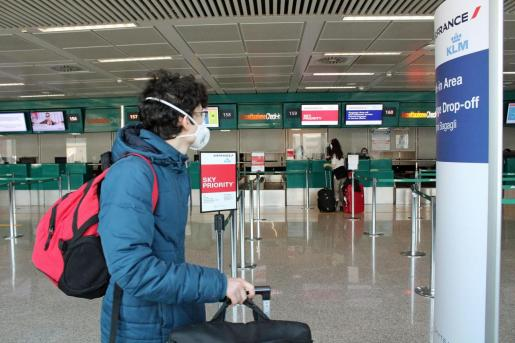 Un pasajero con mascarilla en el aeropuerto Leonardo Da Vinci.