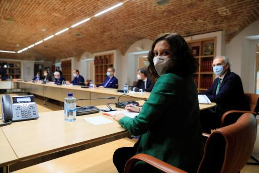 La presidenta regonal, Isabel Díaz Ayuso, reunida con representantes de instituciones y colectivos sanitarios y de profesionales del sector.