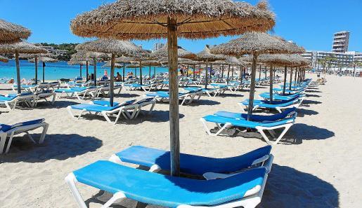Imagen de la playa de Magaluf, una de las más concurridas de las 33 con que cuenta el municipio.