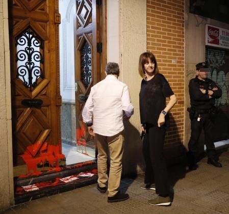 La secretaria general y candidata a lehendakari de los socialistas vascos, Idoia Mendia, junto a su marido Alfonso Gil, observan los daños provocados por radicales en su vivienda.