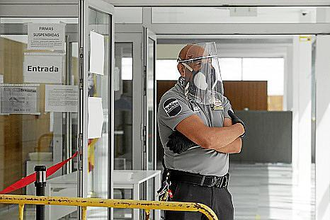 Un vigilante en un control de acceso a un juzgado.