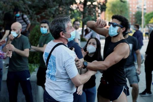 Vecinos del madrileño barrio de Moratalaz participan en una nueva cacerolada, en la que ha habido algún altercad.