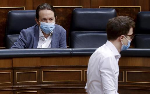 El vicepresidente segundo, Pablo Iglesias (i), y el portavoz de Más País en el Congreso, Ínigo Errejón, en el Congreso.