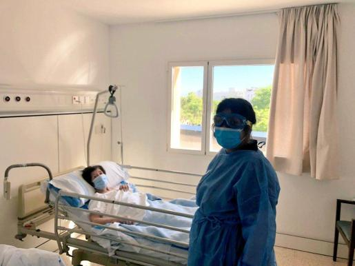 Los pacientes con coronavirus ingresados reciben visitas de familiares en el hospital.