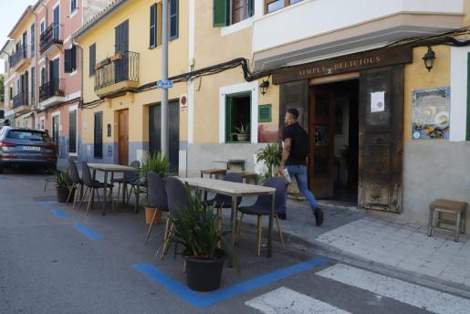Las terrazas ocupan plazas de aparcamiento, ya que no pueden acoger a sus clientes en el interior de sus locales.