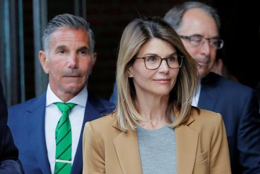 Lori Loughlin y Mossimo Giannulli saliendo de los juzgados.