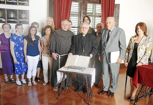 Los firmantes de la autorización (en el centro), Joan Martí, Jesús Murgui y Tumy Berstard.