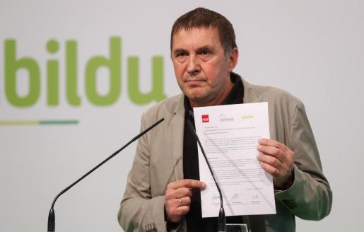 Erkoreka se ha mostrado preocupado por el rechazo a condenar estos actos. En la imagen, el dirigente de Bildu, Arnaldo Otegi, enseña el documento suscrito entre su formación, el PSOE y Unidas Podemos.