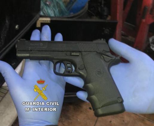 Imagen del arma de balines incautada por la Guardia Civil.