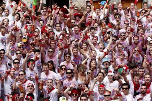 """Miles de personas corean el nombre de San Fermin en la Plaza del Ayuntamiento de Pamplona antes de lanzarse el tradicional """"Chupinazo""""."""