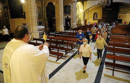 El oficiante exhibe una reliquia de Santa Rita que no se puede besar.