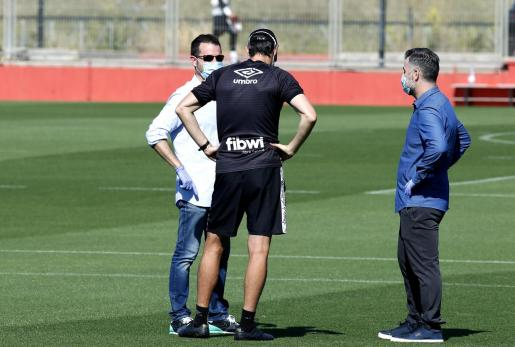 Imagen de Pablo Ortells -izquierda- dialogando con el entrenador del Real Mallorca, Vicente Moreno, durante un entrenamiento del equipo en Son Bibiloni.