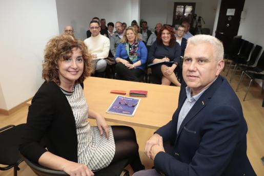 Xisca Mora y Josep Melià en una reunión del PI.