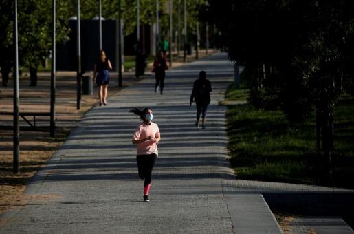 Una mujer, haciendo deporte en el parque Río de Madrid.