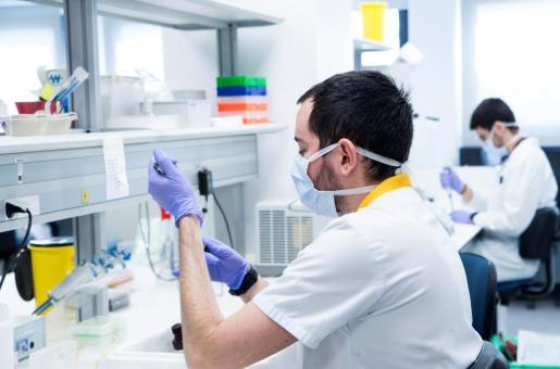 Trabajadores del Instituto de Investigación Hospital Universitario La Paz durante sus investigaciones sobre el coronavirus.