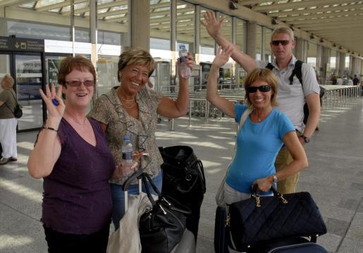 Turistas extranjeros llegando al aeropuerto de Palma.