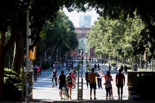 Varias personas caminan por el Passeig de Sant Joan, que los fines de semana pasa a ser peatonal, durante la desecalada.