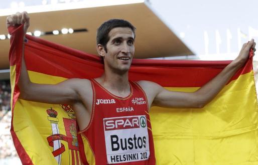 David Bustos porta la bandera española tras conseguir el bronce.