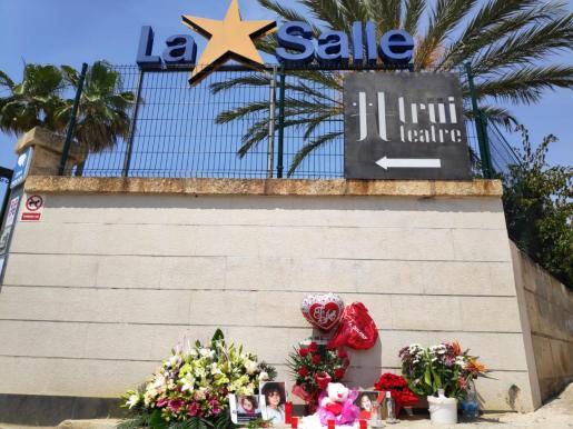 Flores en recuerdo de la niña fallecida.
