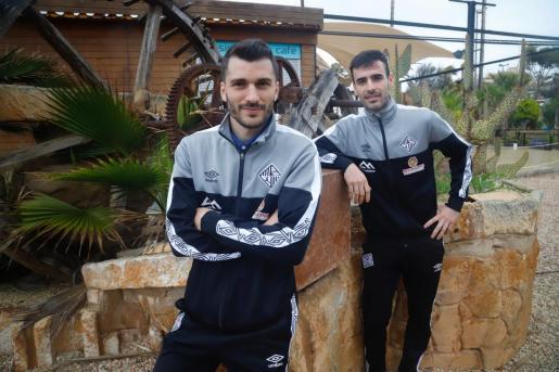 Los jugadores del Palma Futsal Lolo Urbano -izquierda- y Eloy Rojas -derecha- posan durante un reportaje para Ultima Hora.