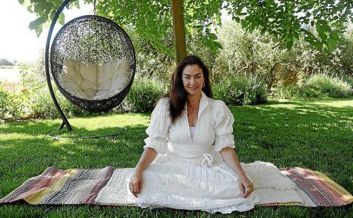 Mariana Salinas posa para este diario en el jardín de su domicilio.      ...    FOTO : BOTA