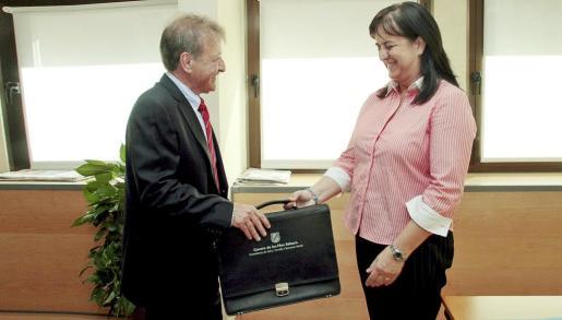 Tras la toma de posesión en el Consolat de la Mar, el nuevo conseller se dirigió a la sede de la Conselleria de Salut, donde le esperaba Carmen Castro para el tradicional traspaso de poderes.