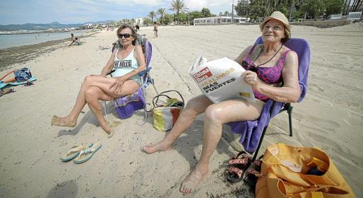 Ana y Paquita, se mantuvieron leyendo la prensa en la arena.
