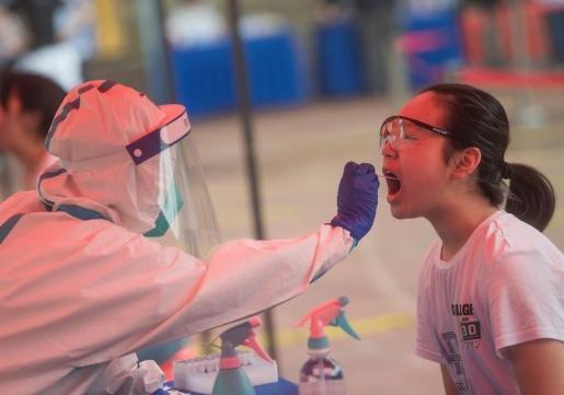 Un sanitario realiza una extracción a una paciente para una PCR.