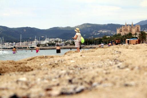 primer dia de playa can pere antoni y portixol gente en el agua