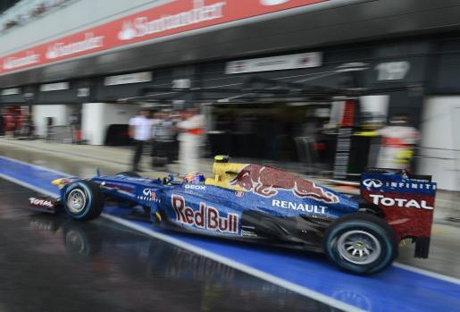 El piloto australiano de Fórmula Uno, Mark Webber de Red Bull durante la tercera sesión de entrenamientos libres en el circuito de Silverstone.