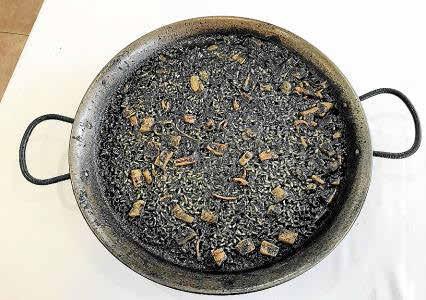 El arroz negro es un clásico de la cocina mediterránea y una receta que no tiene dificultad.