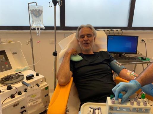 Andrea Bocelli dona su plasma para la investigación.