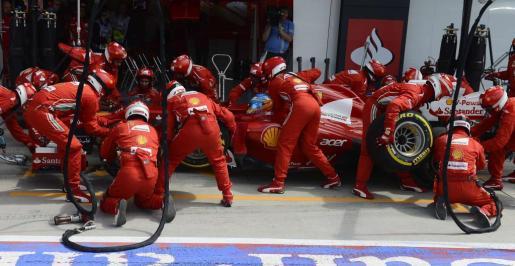 El equipo de Ferrari, durante una parada del piloto Fernando Alonso.