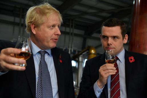 Boris Johnson y Douglas Ross.