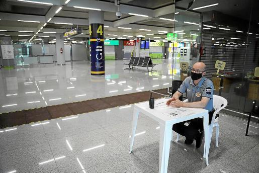 Alfonso, en la terminal de llegadas. Además de controlar que se cumplan las normas, tiene tiempo para reflexionar.