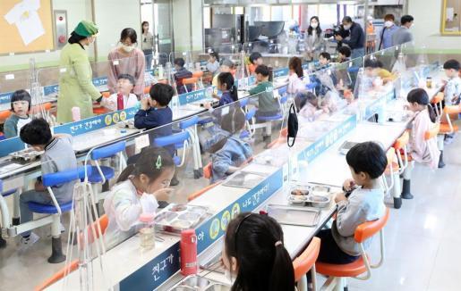 Medidas de protección en un comedor de un centro educativo de Corea.