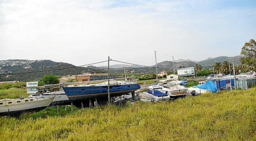 Imagen de una de las marinas secas situada en una parcela rústica en los aledaños de la carretera del Port.