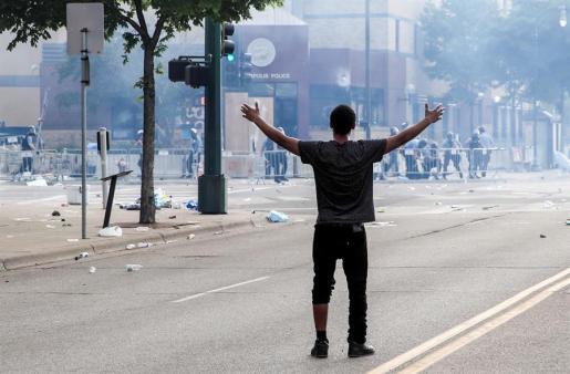 Cargas policiales para frenar las protestas en Mineápolis.