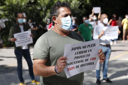 Los trabajadores de Nissan en Barcelona han llevado este miércoles su protesta ante la sede de la Unión Europea y el consulado de Japón en la capital catalana.