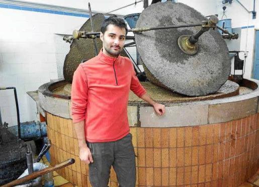 Joan Deyá junto al 'trull' de Can Det donde la oliva se transforma en pasta para su posterior prensado hidráulico y decantación.