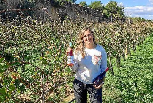 Virgina posa en los viñedos y los vinos que crecen en el interior de una antigua cantera de 'marès'.