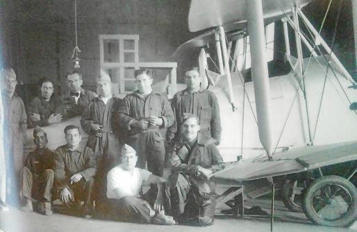 Un grupo de socios en los años 50, cuando el aeroclub comenzó a despegar tras la Guerra Civil y la II Guerra Mundial.
