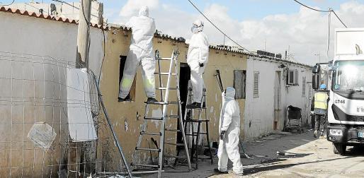 Imagen de archivo de los trabajos de derribo de una vivienda durante la primera fase del desmantelamiento.