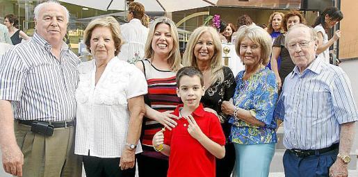 Tina Sitjar junto a sus padres, Tomeu Sitjar y Paula Gari; Marga Timoner, Bárbara Monserrat y Toni Timoner, amigos íntimos de la farmacéutica; y Albert Isern (hijo de Tina).